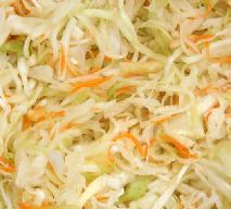 Jak ukisić kapustę z warzywami? Przepis na domową kiszonkę