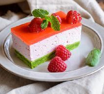 Malinowy tort śmietanowy na szpinakowym biszkopcie