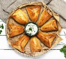 Pyszne kieszonki z ciasta drożdzowego nadziewane salami i serem