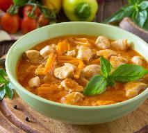 Delikatny gulasz z piersi kurczaka w 30 minut: szybkie danie dla zaradnych