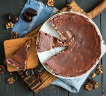 Tort daktylowo-migdałowy: pyszne ciasto z bakaliami [WIDEO]