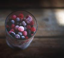Jak zrobić kostki lodu z owocami? Jakie owoce do nich wybrać?