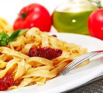 Tagliatelle śmietanowe z szynką, oliwkami i suszonymi pomidorami