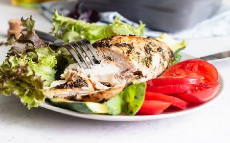 Kurczak z sosem bazyliowym z grilla - przepis