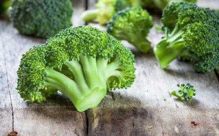 Szybka surówka z brokułów i jabłek