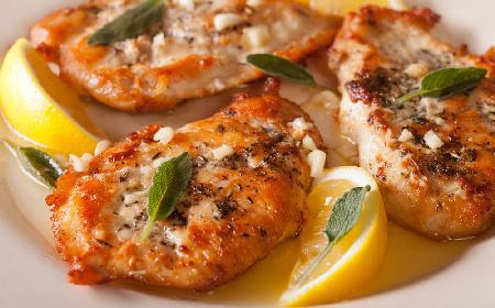 Przepyszne sznycle z piersi kurczaka z masłem szałwiowym: przepis na szybki obiad