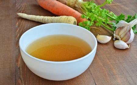 Zdrowotna zupa czosnkowa na bulionie drobiowym