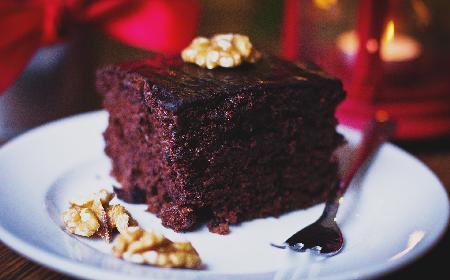 Czekoladowe ciasto z orzechami: prosty przepis na pyszne ciasto