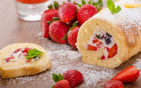 Rolada biszkoptowa z truskawkami: podajemy dobry przepis!