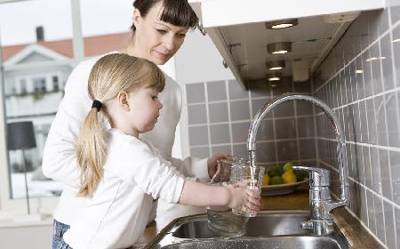 Woda prosto z kranu - czy można pić kranówkę bez przegotowania?