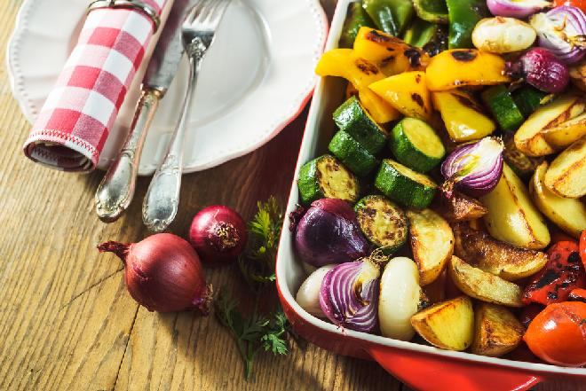 Warzywa zapiekane w czosnkowej marynacie: pyszne na ciepło i zimno