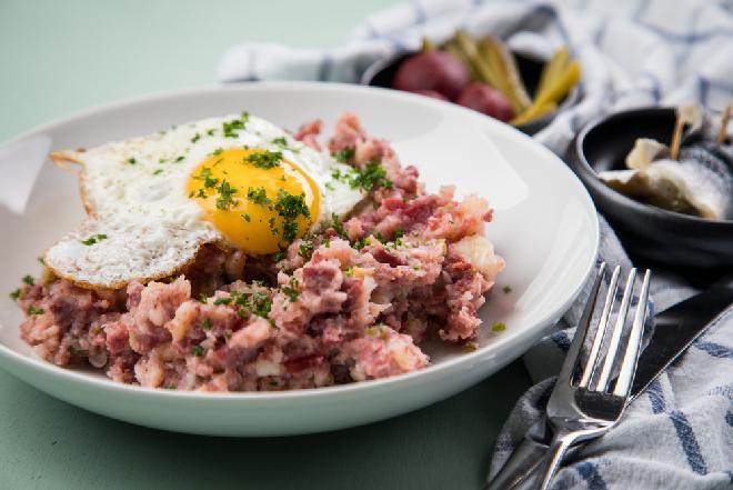 Labskaus - północnoniemiecki delikates z ziemniaków, buraków, mięsa i śledzi