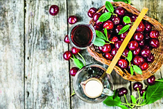 Czereśniówka z rumem: przepis na aromatyczną nalewkę na czereśniach