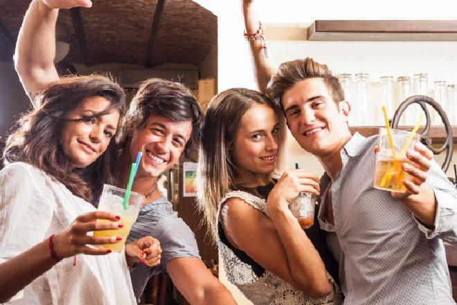 Jak poprawnie pić napoje alkoholowe? Proste zasady savoir-vivre