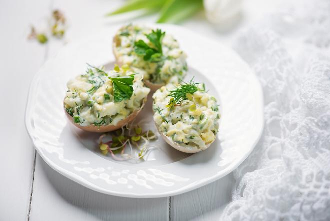 Jajka faszerowane kiełkami rzodkiewki i słonecznikiem: zdrowy przepis na Wielkanoc
