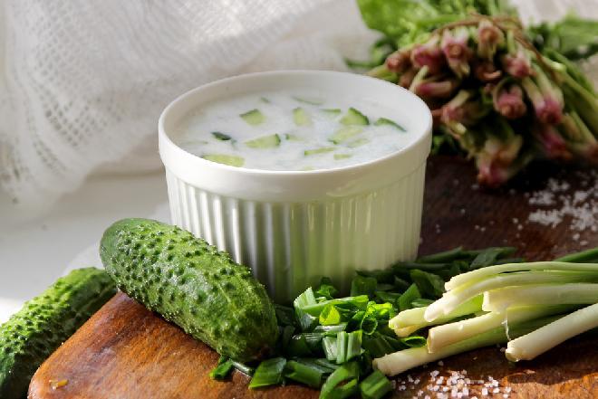 Chłodnik ogórkowy na bazie zsiadłego mleka ze szczypiorkiem: przepis