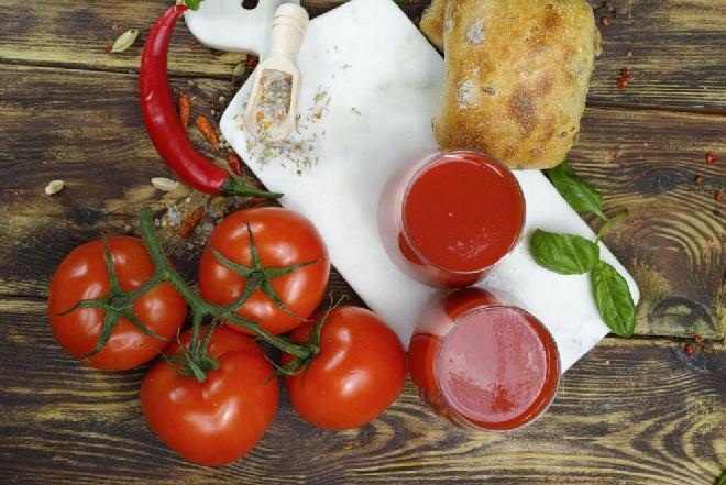 Koktajl z pomidorów na ostro: przepis na zdrowy i dodający sił napój z warzyw