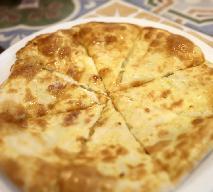 Leniwe chaczapuri z patelni w 15 minut: przepis na gruziński placek serowy