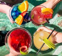 Najlepsze letnie drinki dla 12 znaków zodiaku, według astrologa Beszamel