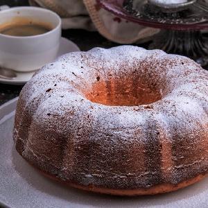 Puszysta babka na mleku skondensowanym: przepis na ciasto urzekające smakiem