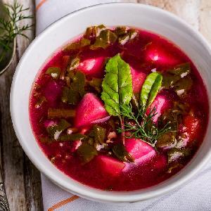 Botwinka po staropolsku: przepis na zupę z młodych buraków