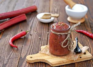 Chutney z rabarbaru - przepis. Jak zrobić chutney z rabarbaru?