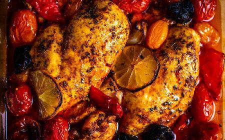 Soczysta pierś kurczaka pieczona z pomidorami śliwkowymi: łatwy przepis na obfity obiad
