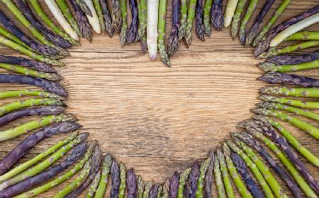 Sałatka z kolorowych szparagów – sprawdzony przepis na sałatke szparagową