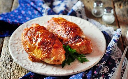 Pierś kurczaka pieczona z tartym jabłkiem i żółtym serem: obłędny przepis na soczysty filet drobiowy