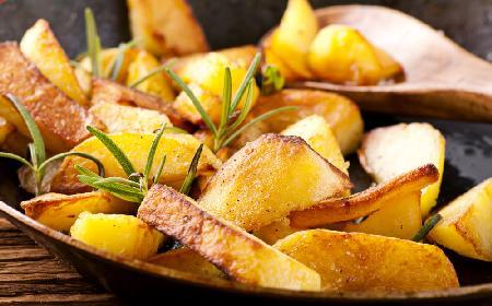 Pieczone ziemniaki z rozmarynem: jak upiec w piekarniku? [przepis + WIDEO]