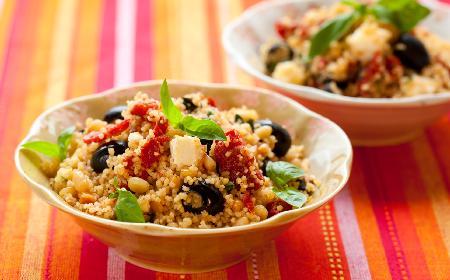 Kuskus z awokado, orzeszkami i fetą: pomysł na pożywny lunch