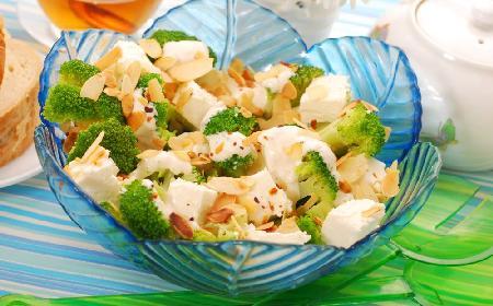 Sałatka z brokułem i migdałami