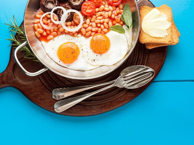Typowe angielskie śniadanie - z czego składa się poranny posiłek Anglików?