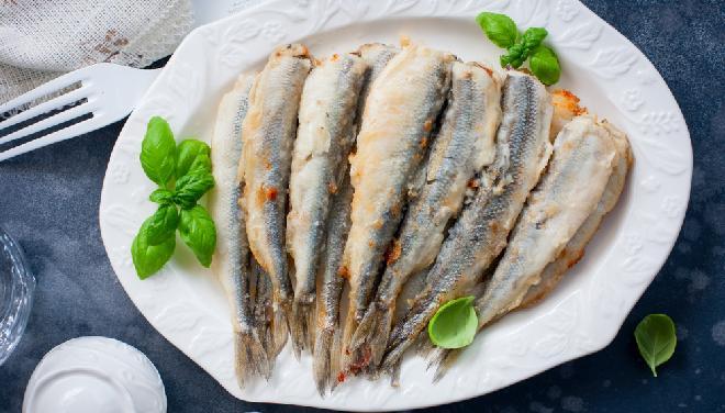 Drobne rybki z patelni: jak smażyć rybki patelniaki krok po kroku