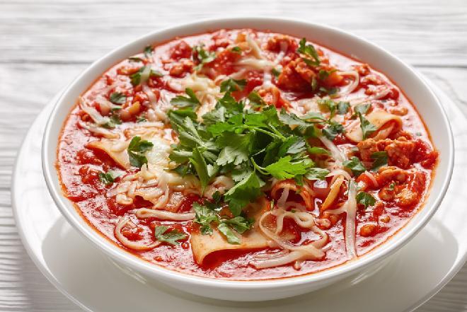 Pomidorowa z mielonym mięsem i makaronem: sprytny przepis na danie jednogarnkowe