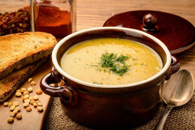 Grochówka ze śledziem - ciekawy przepis na zupę grochową