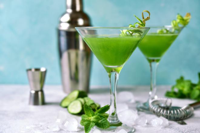 Ogórkowe martini z ginem i miętą: orzeźwiający drink na koniec upalnego dnia