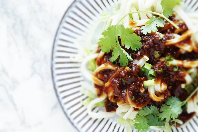 Udon z wieprzowiną: łatwe danie z 3 składników w 20 minut