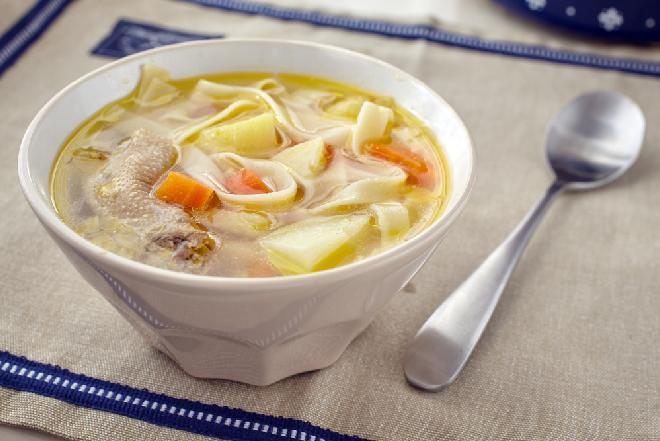 Zupa na szyjkach kurczaka: genialny przepis na zupę z tanich szyjek kurzych