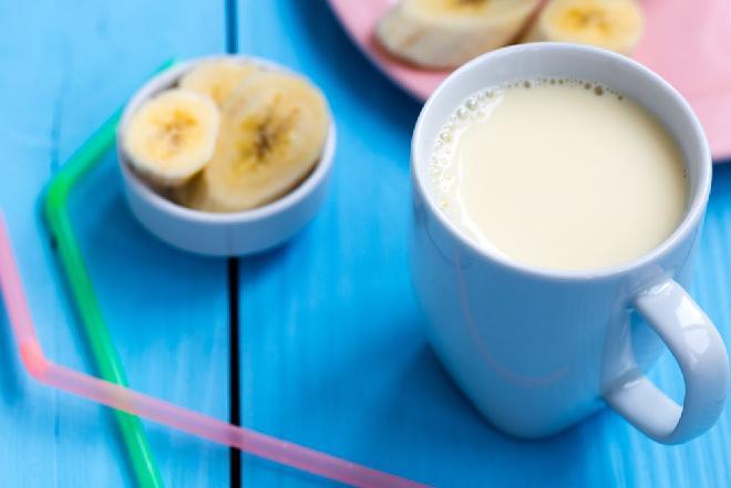 Mleczko waniliowe z bananem: przepis na słodki napój wyśmienity jako deser