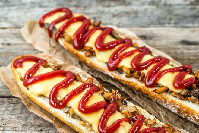 Tradycyjna zapiekanka z pieczarkami i serem: jak zrobić? [przepis]